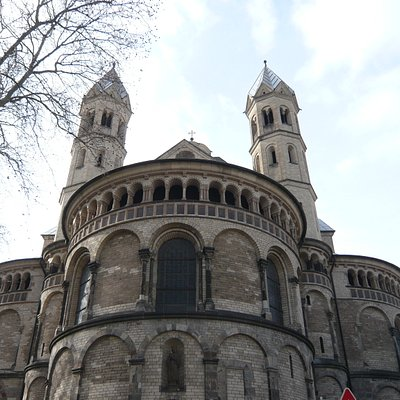 ...und direkt davor - Blick nach oben auf St. Aposteln