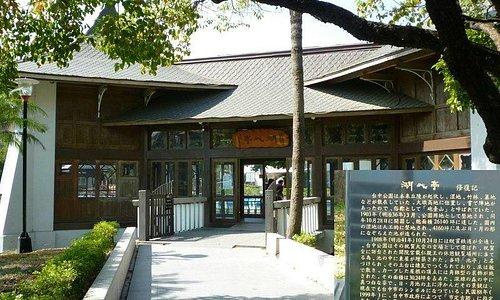 湖心亭正面と、日本語で書かれた説明板。