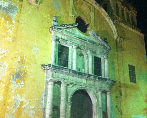 la facciata della iglesia