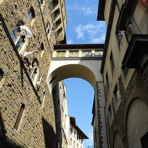 Crossing from Uffizi to Palazzo Vecchio
