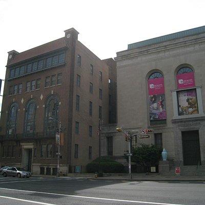 外観。入口は茶色の建物の左側。
