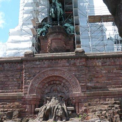 Kaiser Wilhelm I. z.Zt. unter der Plane