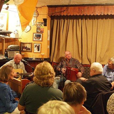 Actuación y público en el Reel Inn