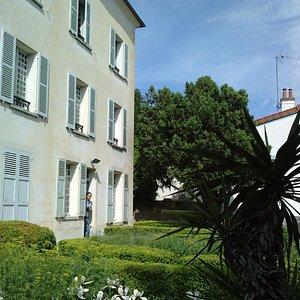 La maison et une partie du jardin avant
