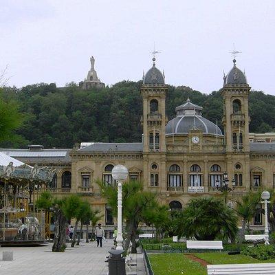 Alderdi-Eder Gardens with the Ayuntamiento behind