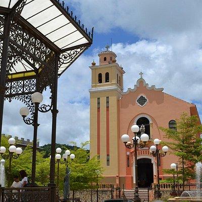 La Plaza Bicentenaria Monseñor Miguel A. Mendoza e iglesia de fondo