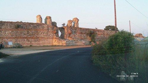 Le mura esterne viste dalla provinciale Preveza-Nikopolis