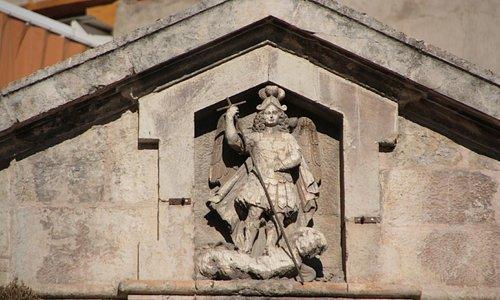 Hornacina con escultura de San Miguel