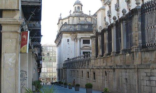 Calle campanas e Iglesia del Sagrario adosada a la Catedral