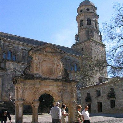 La famosa fuente con la torre de la catedral al fondo.