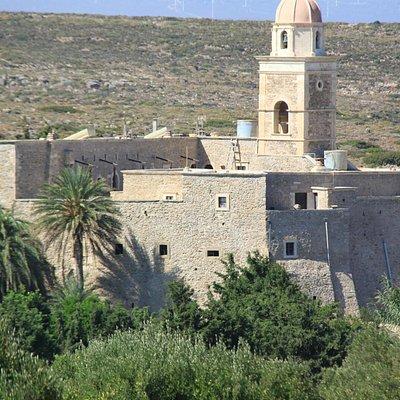 vue générale du monastère à partir de la route Vaï / Siteia