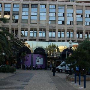 入口前の広場