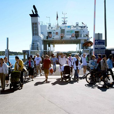 People at the ferry. Photo: Hugo Lande