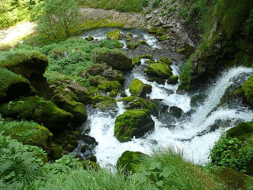 La cascata che scaturisce dalla sorgente del torrente Enna