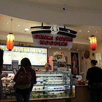 日本食の店 日本のものとちょっと違った感じの料理が出てきます