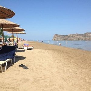 Bästa delen av stranden i Agia Marina finns nedanför Amalthia Beach Resort