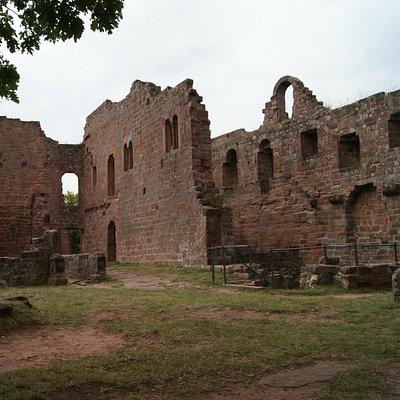 Burg mit Rittersaal (Rechts), Küche (Links)