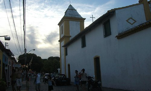 """Lateral da Igreja, com mirante para o """"final"""" de Arraial"""