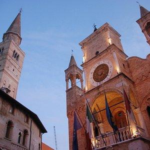 Il Municipio e il campanile del Duomo, simboli della Contrada Maggiore