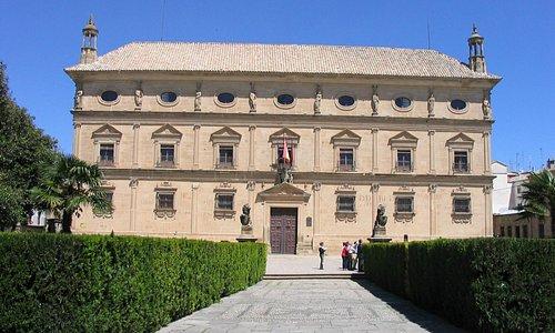 Bella fachada renacentista en la plaza Vázquez de Molina.
