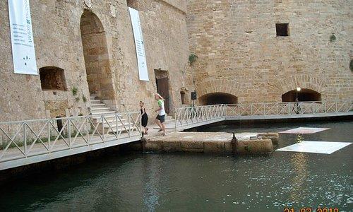 il castello di forte a mare nel porto di brindisi
