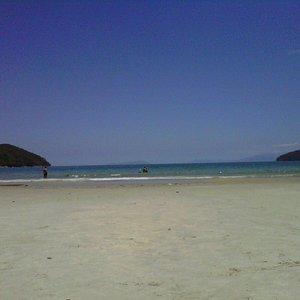 praia da enseada pela manhã