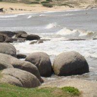 O mar apesar de frio ,o litoral tem paisagem maravilhosas.