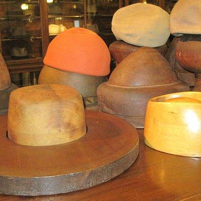 le forme in legno usate per costruire il Borsalino