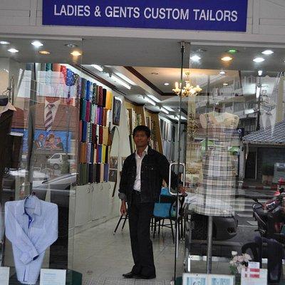 Emdi, devant sa boutique