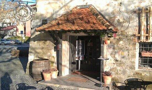 ingresso alla vinoteca interna alla torre