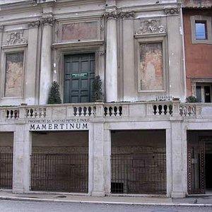 Fachada e portões de antrada do CARCERE MAMERTINO