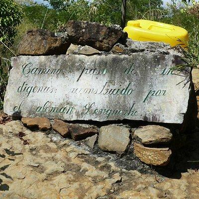 Gedenkstein am Camino Real