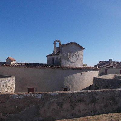 Il centro del forte, con le camere degli ufficiali e l'orologio.