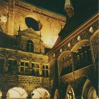 Baumeister der Spätromanik bis zur Renaissance schufen hier ein Bilderbuch europäischer Baustile