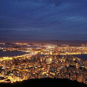 вид с горы на город