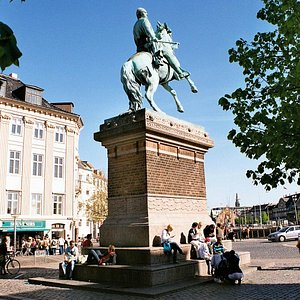 Meeting place: Højbro Plads at the Absalon statue
