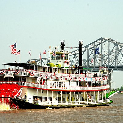 Steamboat Natchez approaches the Mississippi River Bridge