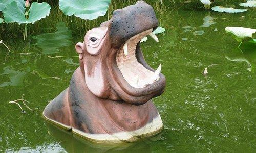 Скульптура в пруду на входе в зоопарк