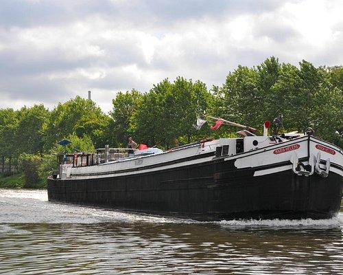 Theaterschiff auf Fahrt