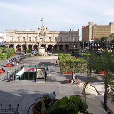 Al fondo palacio, en medio la rotonda y a un costado de catedral