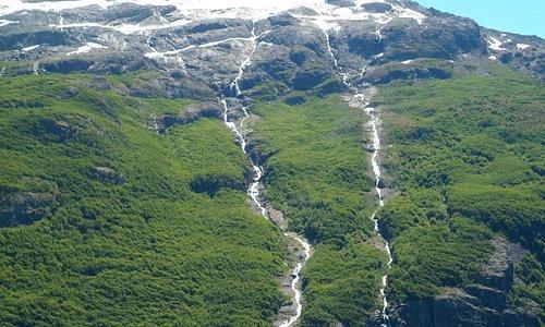 Las cascadas que bajan del Glaciar semejan lágrimas