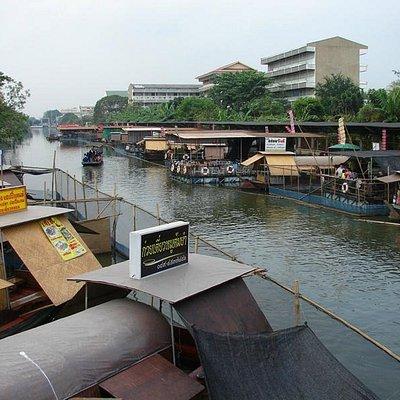 Floating Food Stalls abound