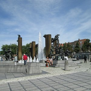 広場中央にあるオブジェと噴水