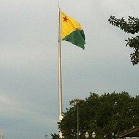 Bandeirão na margem do Rio Acre