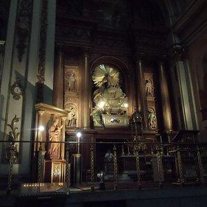 歴史を感じさせる祭壇