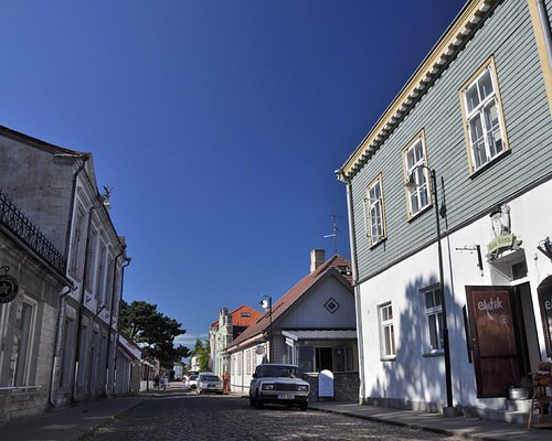 Vintage Boutique eAntiik on Kauba Street (on the right)