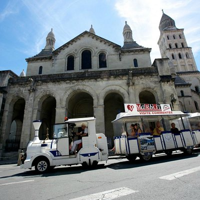 Le petit train devant la cathédrale Saint-Front