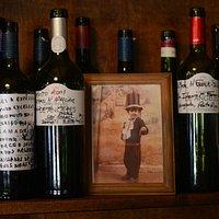 Una tradición de Don Julio. Cada cliente puede dejar su mensaje en una botella