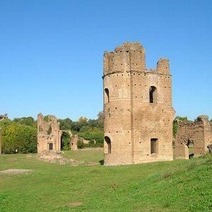 """Villa di Massenzio - resti della torre presso i """"carceres"""" del circo"""