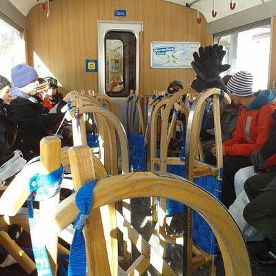 Il vagone del trenino che ci porta alla partenza della pista